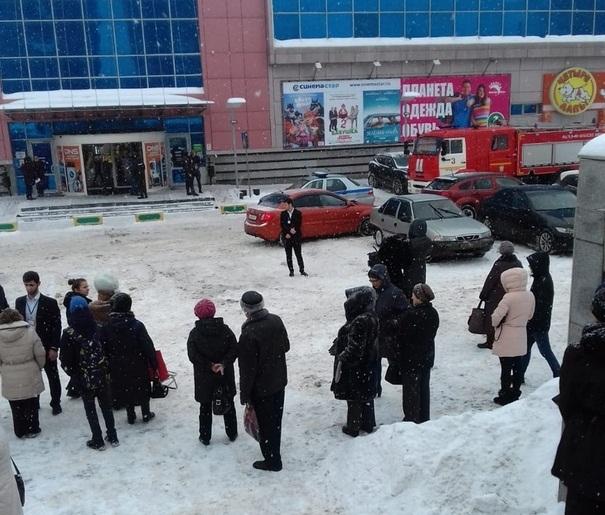 Персонал и посетителей ТЦ Шоколад вывели на улицу, в здании работают сотрудники спецслужб.