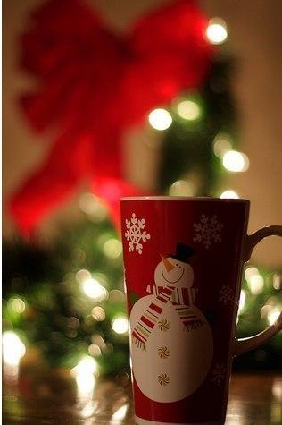 Фото новорічне на якому кружка зі сніговиком
