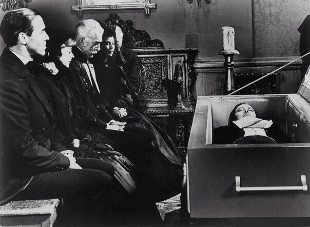 В 1831 году в Англии во время свирепствовавшей эпидемии тифа студенты медики вырыли из могилы для учебного вскрытия труп человека, похороненного четыре дня назад. Но только профессор сделал первый надрез и...