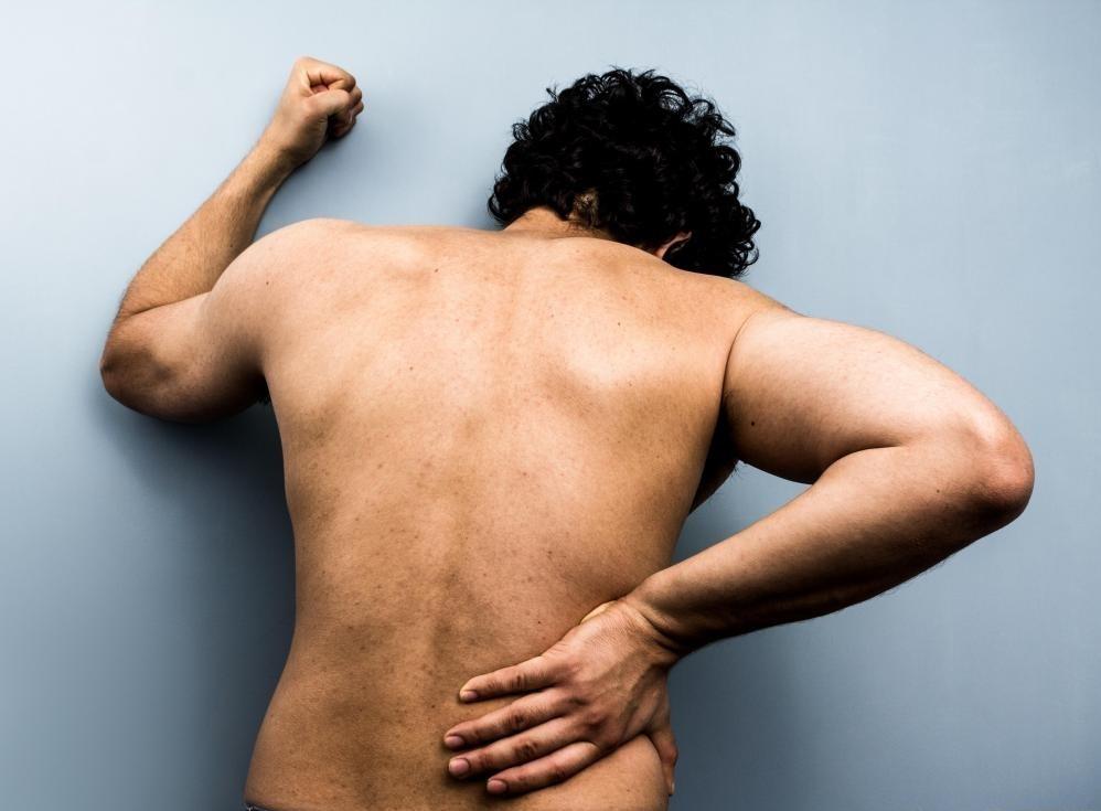 Большинство случаев хронической боли связаны с болью в пояснице.
