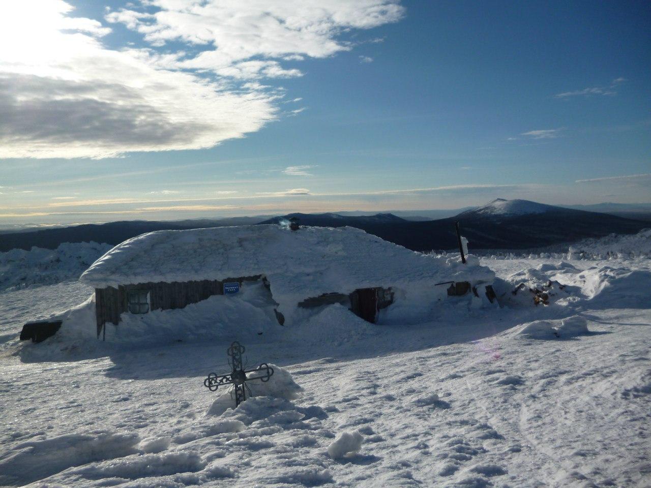 Домик Метеостанции на фоне Круглицы, Таганай (20.12.2015)