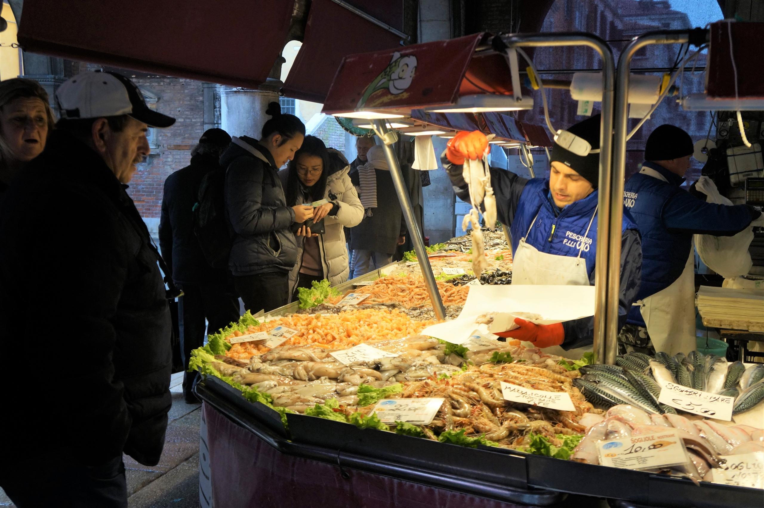 Рыбный рынок в Венеции Время, рыбымечь, устриц, кальмаров, камбалы, скумбрии, разных, экзотичных, видов, продавец, креветок, желанию, выбранную, почистит, товаром, приглядывают, только, продавцы, мидий, крабов