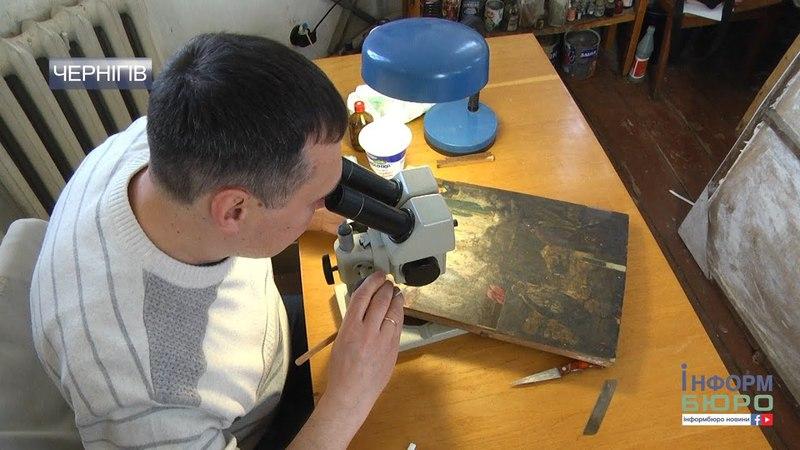 Чернігівській художник реставратор показав унікальну ікону яку відновлює близько місяця