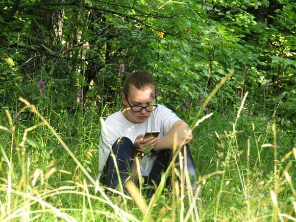 Настя читает с телефона  © Наталья Кислякова (Кокряцкая) https://vk.com/id132237402