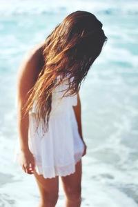 Фото девушки со спины брюнетки волосы до плеч