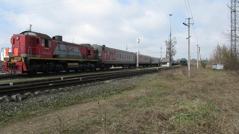 ТЭМ2-6567 с пассажирскими вагонами едет на Псков-Туристский