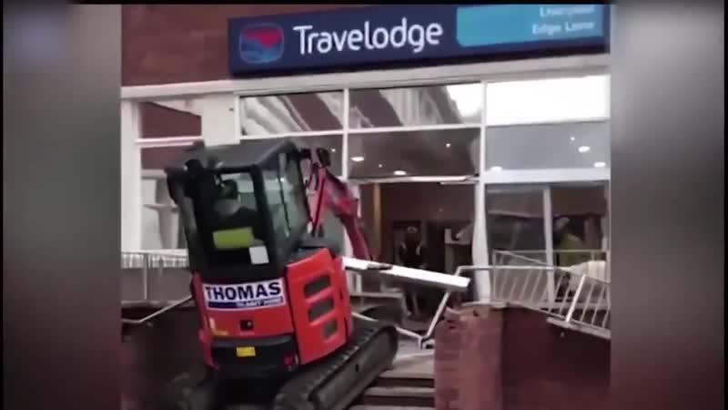 В Ливерпуле водитель экскаватора разгромил холл отеля потому что ему не выплатили порядка 600 евро за работу