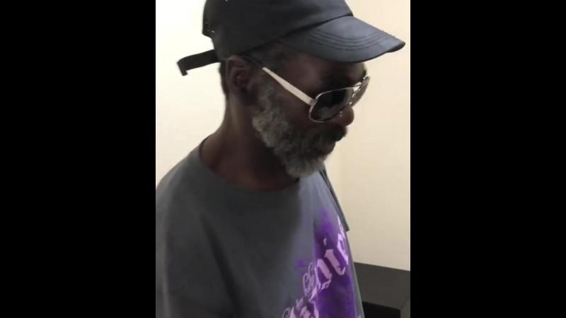 Подарил бездомному бесплатное 5-дневное проживание в отеле и 500$🙏🏼. 5m подписчиков вы-моя семья🖤