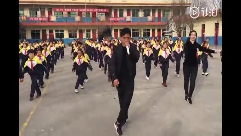 校长带领全校跳鬼步舞!边唱边跳嗨的不行!别人家校长,实在厉害!
