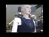 Робот София делает первые шаги