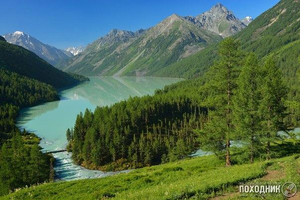 El lago Kucherlinsky, la Altai Montañosa.
