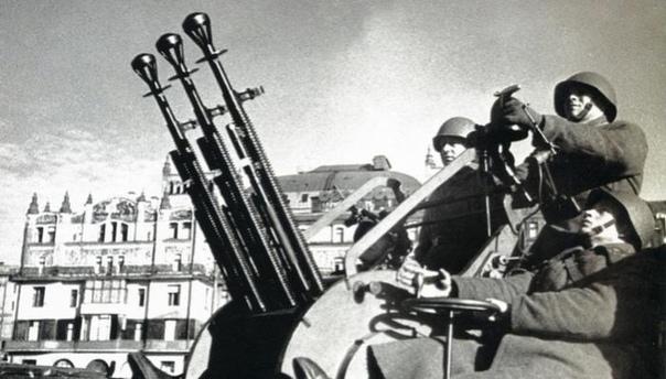 ПУЛЕМЁТ ДШК Крупнокалиберный пулемет одно из тех средств, которые помогают пехоте и бронетехнике бороться с легкими полевыми укреплениями и низколетящей авиатехникой, достать вражескую засаду в
