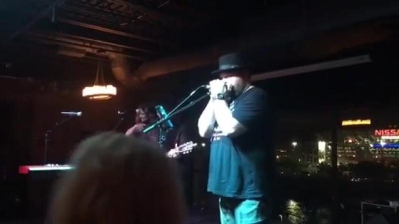 Выступление Дрю Пауэлла на сцене в Нэшвилле (12.05.2018)