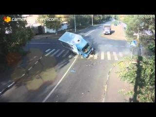 Чудо спасение велосипедиста на перекрестке