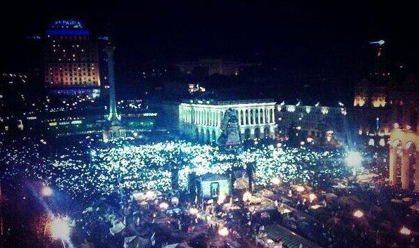 Євромайдан ввечері ліхтарі