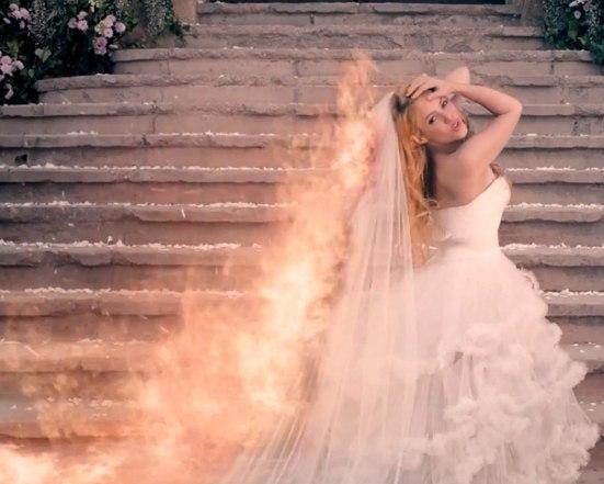 шакира свадьба, шакира невеста, шакира, шакира поет, шакира горит, шакира empire, шакира в платье