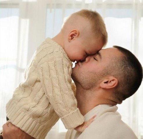 Папы разными бывают: Тот молчит, а тот кричит, Тот, бывает, напевает, Тот у телека торчит, Тот, бывает, обнимает Теплотою сильных рук, Тот, бывает, забывает, Что он сыну лучший друг. Папы разными бывают… И, когда проходят дни, Сыновья их вырастают Точка в точку, как они.