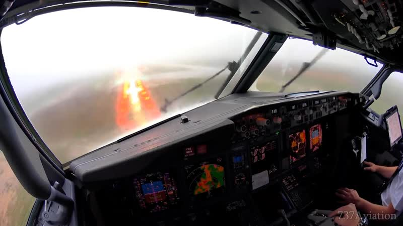 Посадка в ливень - вид из кабины пилотов