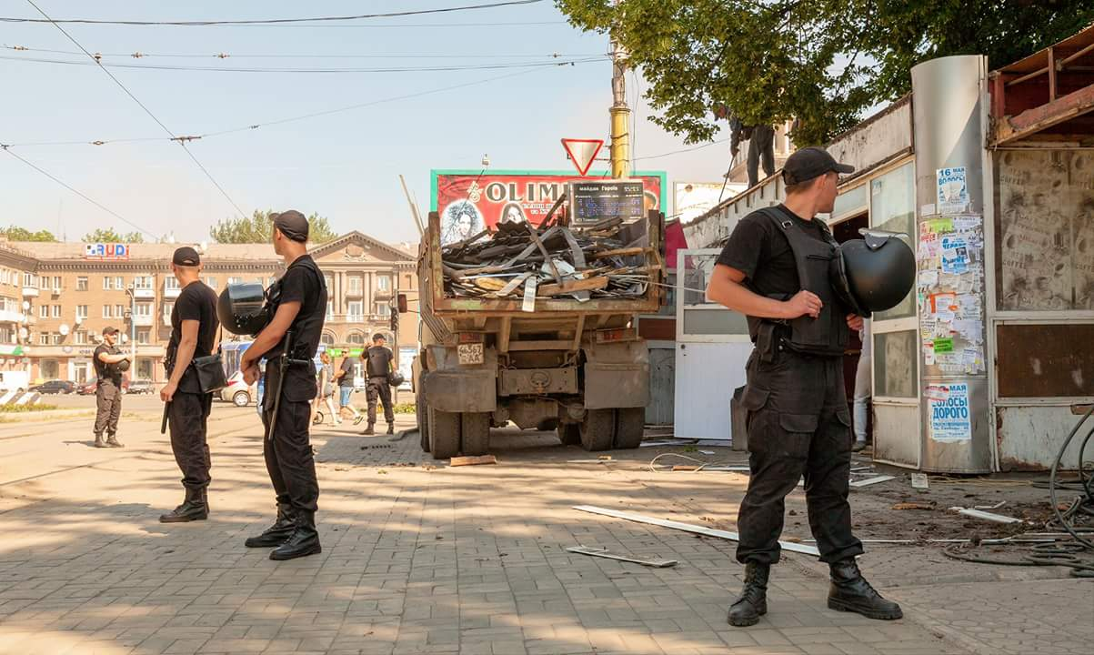 В Каменском сносят «разливайку» на Майдане Героев