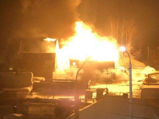 Крупный ночной пожар в Томске попал на видео