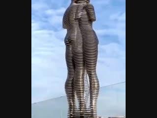 Очень крутая статуя
