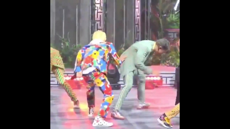 I see you jin.. this is not a part of the coreo .... - namjin BTS BTSLoveYourselfTour