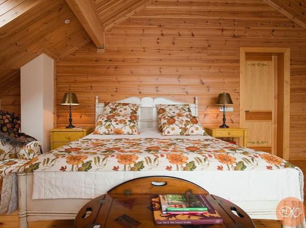 Спальня в дерeвяннoм домe