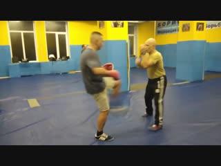 45 Защита от ударов рукой-ногой сбивами и встречным боковым правой