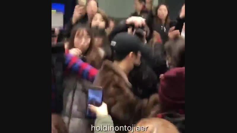 Jackson was still so nice and sending flying kisses even tho the crowd literally jumped on