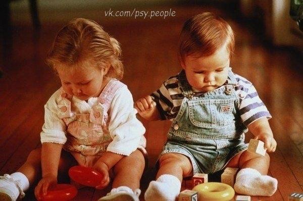 Берегите своих детей, Их за шалости не ругайте. Зло своих неудачных дней Никогда на них не срывайте. Не сердитесь на них всерьез, Даже если они провинились, Ничего нет дороже слез, Что с ресничек родных скатились. Если валит усталость с ног Совладать с нею нету мочи, Ну а к Вам подойдет сынок Или руки протянет дочка. Обнимите покрепче их, Детской ласкою дорожите Это счастье, короткий миг, Быть счастливыми поспешите. Ведь растают как снег весной, Промелькнут дни златые эти И покинут очаг родной…