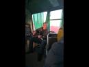 Мужчина поёт песни в автобусе. Архангельск.