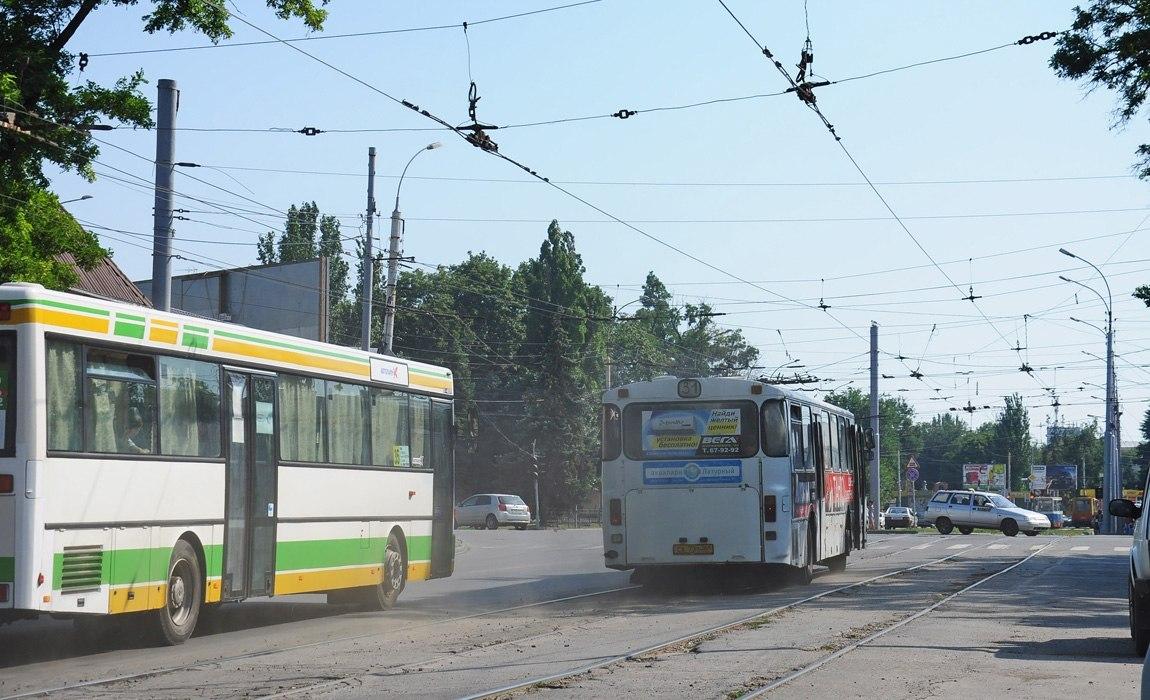 В Таганроге водители автобусов устраивают гонки прямо на оживленных улицах города