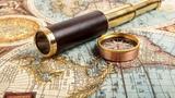 Картинка винтаж. Подзорная труба, механизм, размытость, древняя карта, компас.