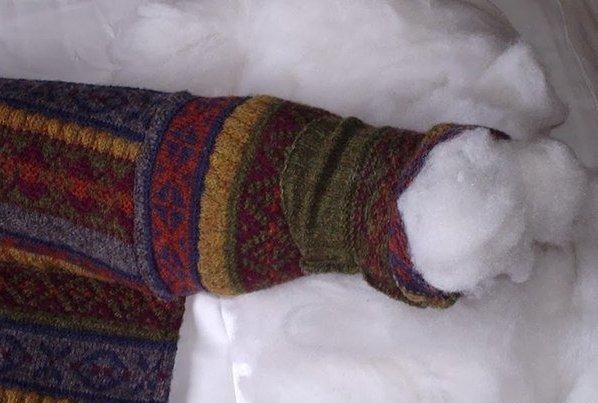 лежак коту из свитера