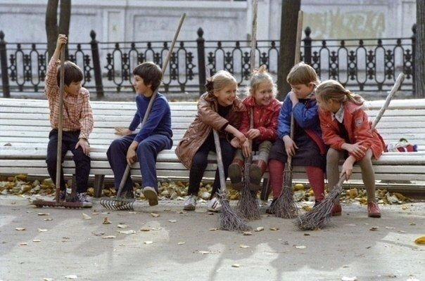 Дети на уборке территории.
