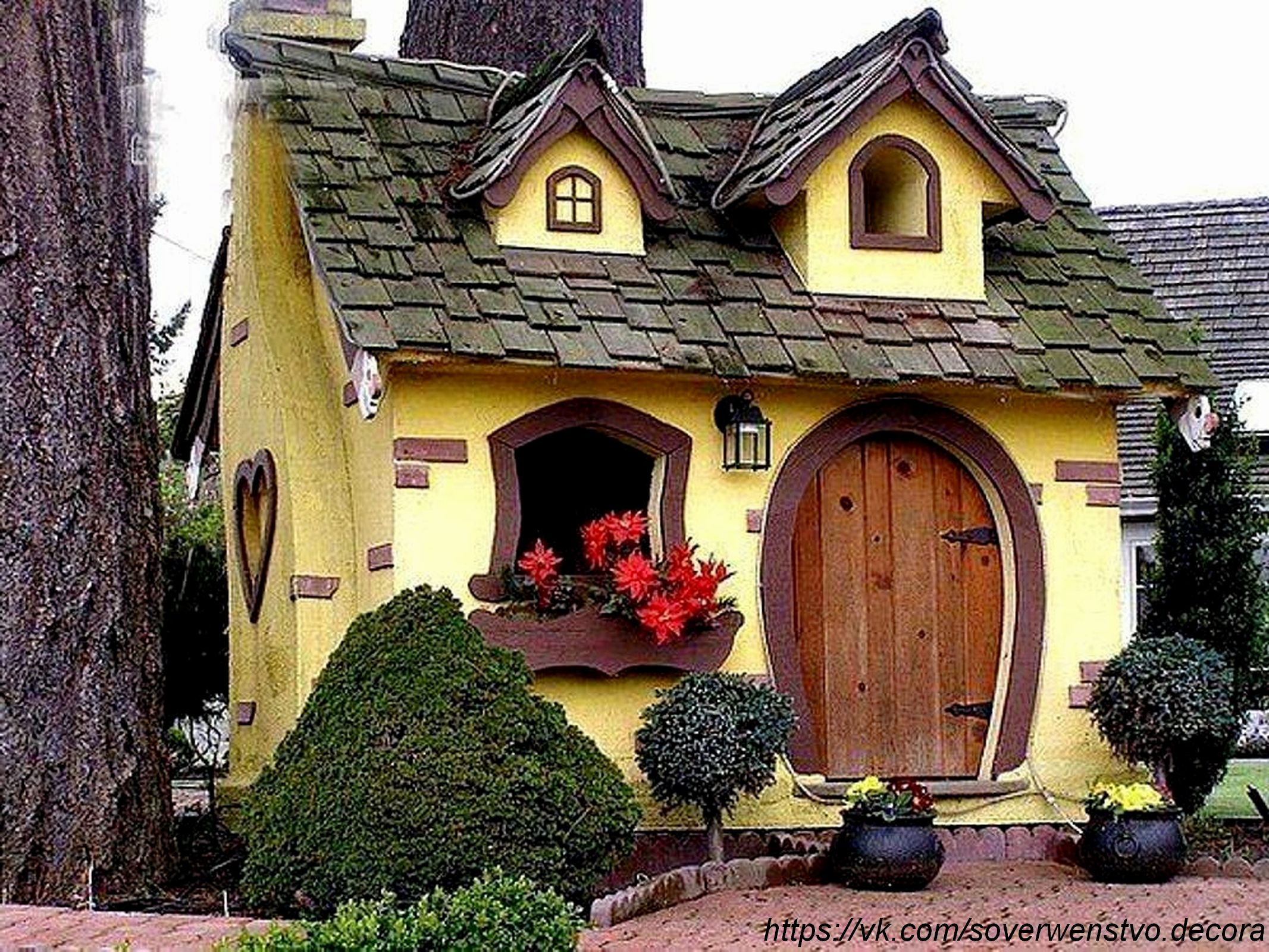 К дачному сезону и проезжающим дачникам:Необычные дачные домики.