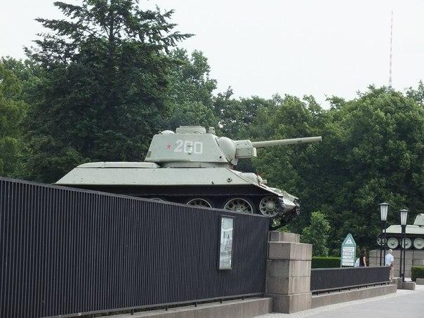 Наши военные на стенах Рейстага надписи стерты, но наши танки Т-34 стоят рядом в мемориале, где русские слова памяти...