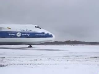 Antonov an-124 stuck in the mud