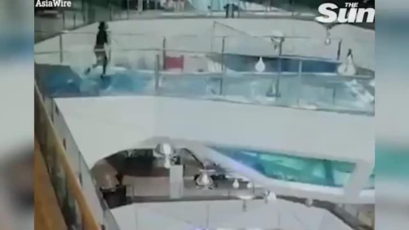 Видео падения женщины в аквариум с акулами в торговом центре в китайском городском округе Цзясин