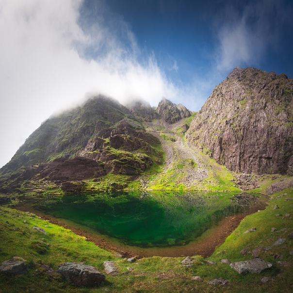 Самое высоко расположенное озеро в Ирландии Cummeenoughter (под самой высокой вершиной Carrauntoohil).