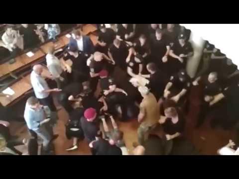 Поліції розбороняє конфліктуючі сторони у Конотопській міськраді
