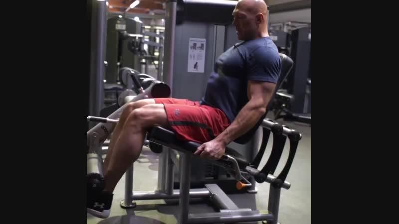 Вы часто задаёте вопросы о тренировке ног. Интересуетесь, уделяю ли я внимание этой части тела, помимо кардио нагрузок.