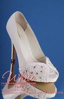 Свадебные туфли с открытым мысом из кожзаменителя со стелькой из натуральной кожи.  Декорированы бисером и стразами.