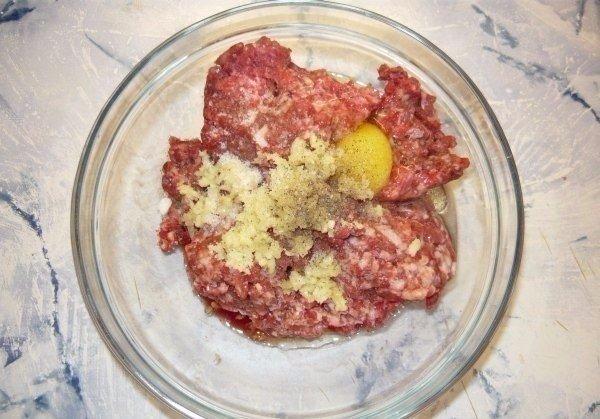 Спагетти с фрикадельками Ингредиенты: Мясной фарш – 500 г Яйцо