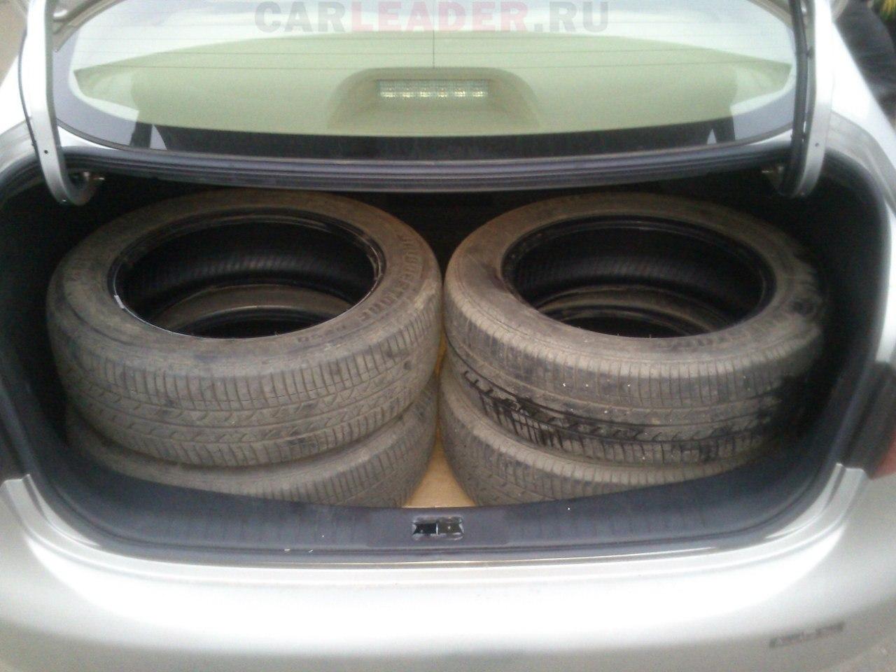 В багажник Nissan Bluebird Axis легко укладывается комплект летних шин R16