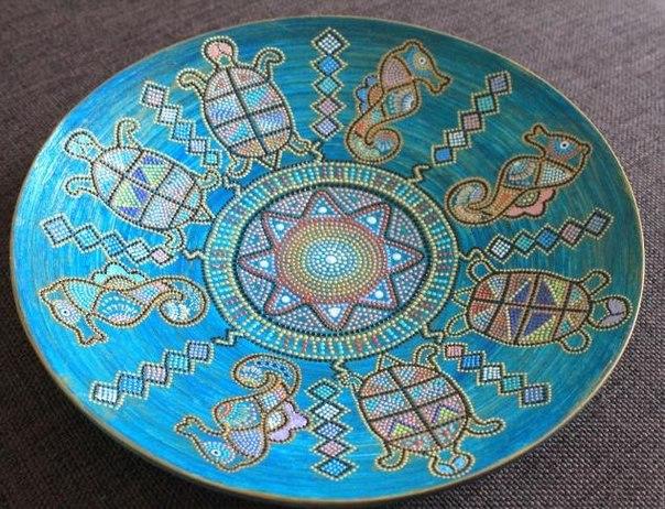 Точечная роспись в этно стиле на интерьерной тарелке. МК Ольги Терлецкой Для работы нам понадобится:  - контуры  - акриловая краска и лак  - кисти  - наждачка Материалы: акриловые краски, бамбуковая тарелка