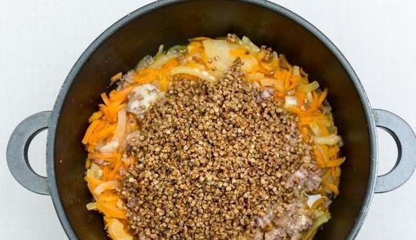 гречневая каша по-армейски с тушонкой нам понадобится:- тушенка из говядины 340 г ,(1 банка)- крупа (гречневая) , 1 ст.- морковь, 1 шт.- репчатый лук, 1 головка- соли, по вкусуделаем:крупу