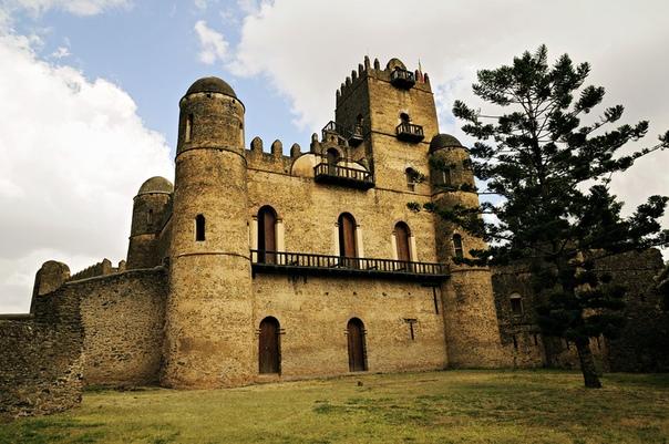 Что мы знаем об африканской архитектуре Мы знакомы со многими стилями западной архитектуры готический, византийский, модерн, барокко потому что их везде упоминают, прославляют, и это