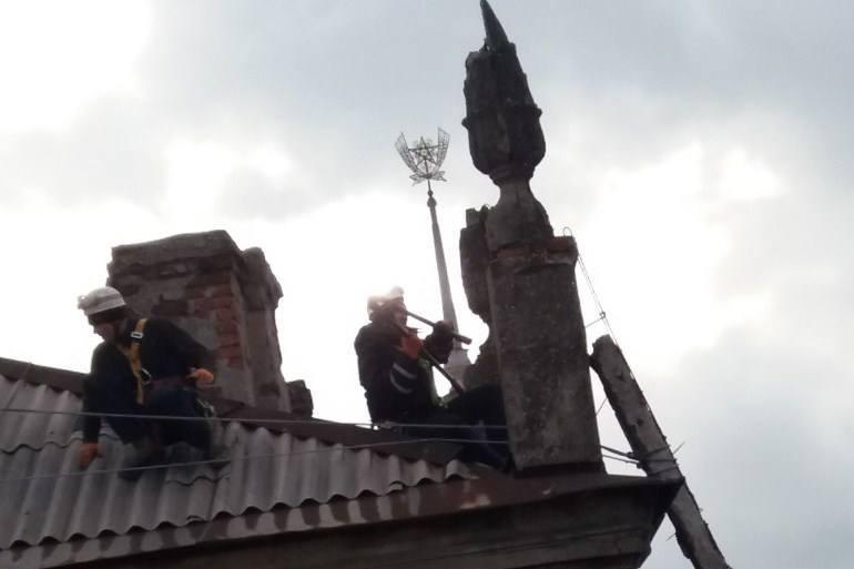 В Мариуполе двое суток спасали от завала дом со шпилем