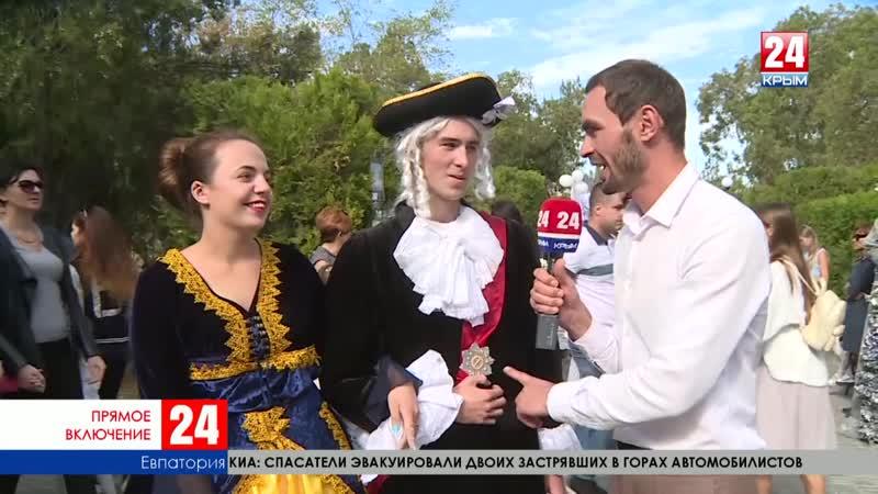 Акция «Белый цветок» с каждым часом привлекает всё больше людей. Прямое включение корреспондента телеканала «Крым 24» А. Макаря